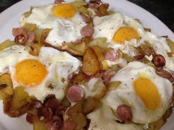 Huevos revueltos con papas fritas, salchichas, cebolla y huevo.   – Patatas fritas
