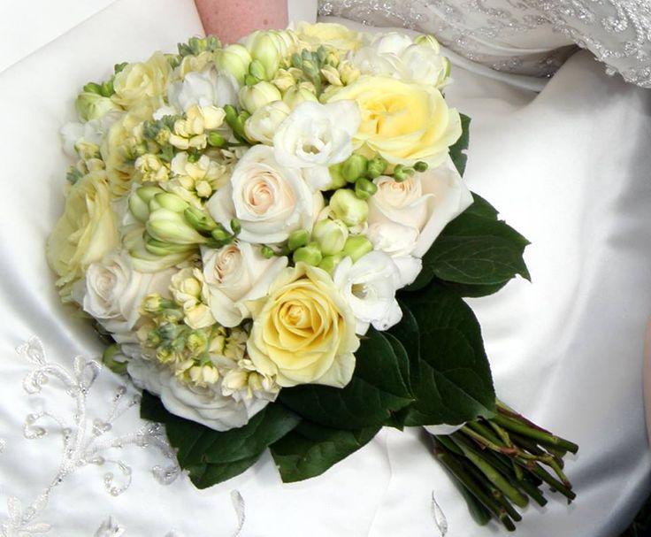Wedding boucket/Menyasszonyi csokor, frézia (megbízhatóságot jelent) krém színű viola és két féle rózsa.