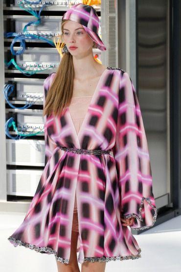 Chanel'in Retro-Fütüristik Şovundaki Blush Etkisi.. Bizi teknoloji çağındaki Chanel kreasyonuyla buluşturan Karl Lagerfeld Fendi şovunda yaptığı gibi alışılagelmiş güzellik sınırlarının bir kez daha dışını çıkıyor. Tom Pecheux tarafından yaratılan şeftali ve pembe tonlu blush yanaklar, defile makyajının odak noktası oldu. Chanel Makeup Creation Studio'nun yaratıcısı Lucia Pica'nın, kırmızı obsesyonunu bir tutkuya dönüştürdüğü Le Rouge Collection N°1…
