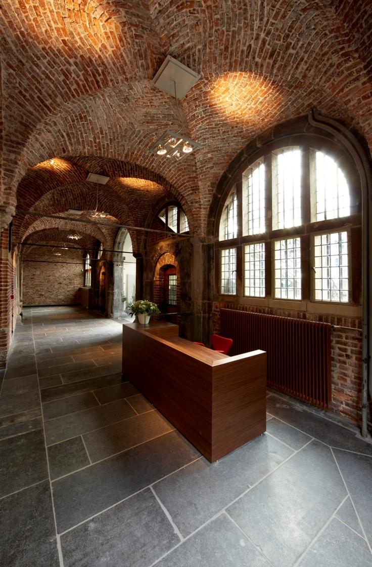 """Stadhuis Venlo. Het """"steenen huys"""" werd voor het eerst vermeld in 1374. Het is 250 jaar in gebruik geweest, totdat de welvaart en vrede het toelieten een moderner gebouw te stichten. Met gebruikmaking van bestaande delen werd een statig renaissancegebouw ontworpen door bouwmeester Willem van Bommel uit Emmerik. Het gebouw kwam nu vrij te staan. Het is gebouwd tussen 1597 en 1601."""