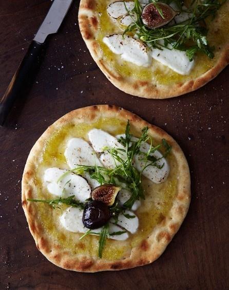 white pizza (napolitan) with mozzarella, ruccola and figs