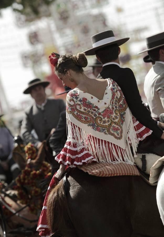Temperaturas suaves y ganas de diversión se dieron cita en el real en el único día festivo de la semana para los sevillanos