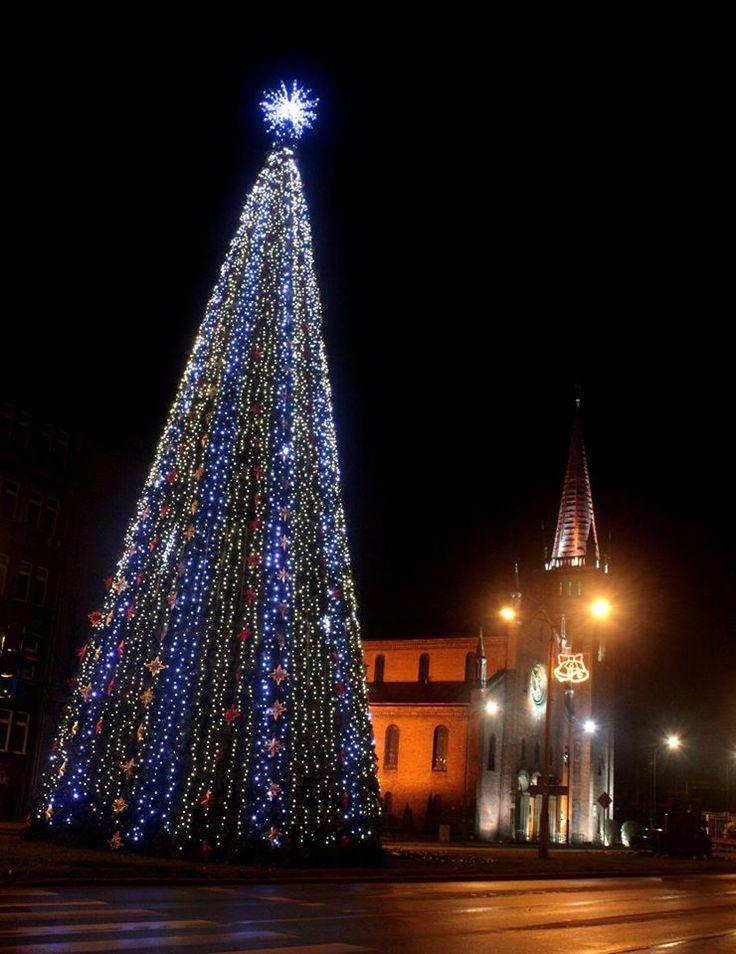 Gigantyczna, 20-metrowa choinka  na ul. Dworcowej, w pobliżu kościoła pod wezwaniem św. Barbary. #Gliwice #christmas #lights