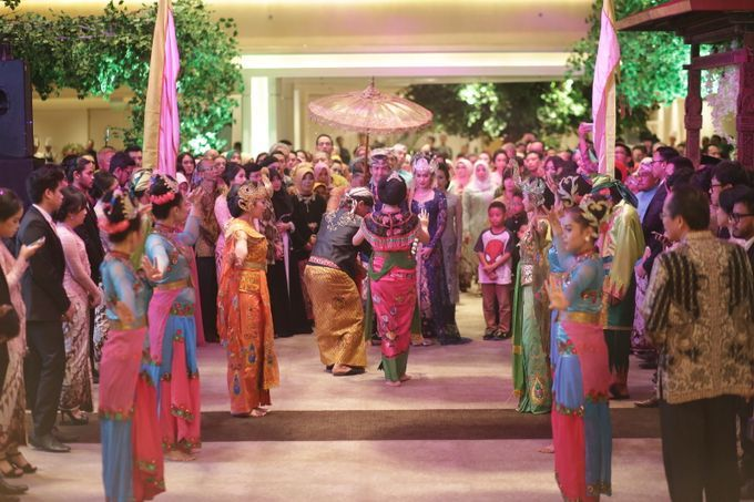 Busana adat juga dikenakan para penari tarian Merak pada pernikahan adat Sunda Jawa Barat.