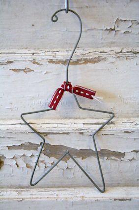 Aus einem Kleiderbügel. Aber als hängenden Kerzenhalter: Würde die Schleife weglassen und einen Christbaum-Kerzenhalter festlöten.
