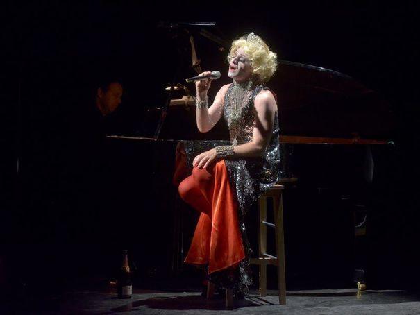 Miss Knife chante Olivier Py  EN IMAGES. Festival d'Avignon: aux côtés du directeur Olivier Py - L'Express
