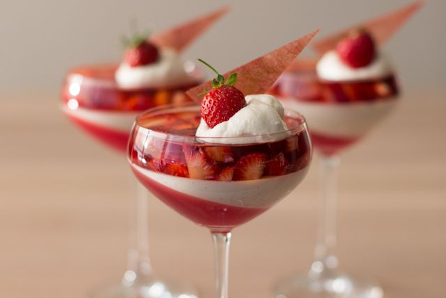 strawberry, rhubarb & vanilla yoghurt parfait