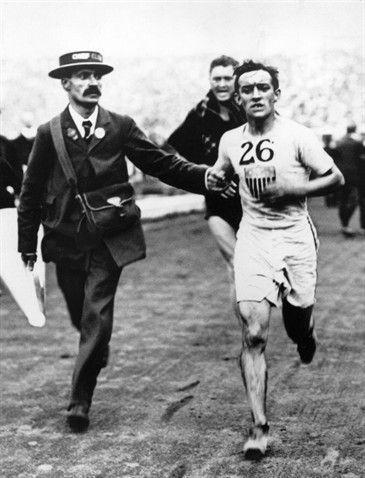 Giochi Olimpici di Londra 1908. 24 luglio, Maratona. Johnny Hayes (1886-1965) fu secondo al traguardo ma ottenne la medaglia d'oro per la squalifica di Dorando Pietri (1885-1942)