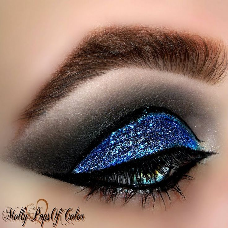 Look how @MolyPopsofColor applies color with PRECISION using her gifted @Tweezerman #BrushiQ!