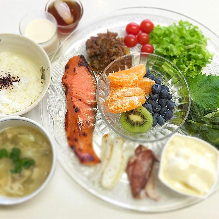 """Dr. Yumi Nishiyama's """"The Original Diet Plate"""" for beauty & health from japanese doctor‼️  Clockwise eating healthy foods from 12 o'clock on a large plate❣️  2016年3月14日の「ドクターにしやま由美式時計回り食べダイエットプレート」:女性医師が栄養バランスを考えた、美味しいプレートのご紹介。  大きめのプレートに、血糖値を急激に上げないように考えた食材を並べ、12時の位置から順番に食べるとても分かり易い方法です。  血糖値を上げないこの食べ方は、身体に優しく栄養補給ができるので健康を維持できます。オリジナルの⭐️西山酵素⭐️も最後に飲みます。  ⭐️美女のスイッチ⭐️⭐️時計周りに食べなさい⭐️の西山由美医師の本もAmazonで購入可。  http://www.momohime-medical.com  #ダイエットプレート #dietplate #にしやま由美がセミナーも開催 #食べて痩せるプレート…"""