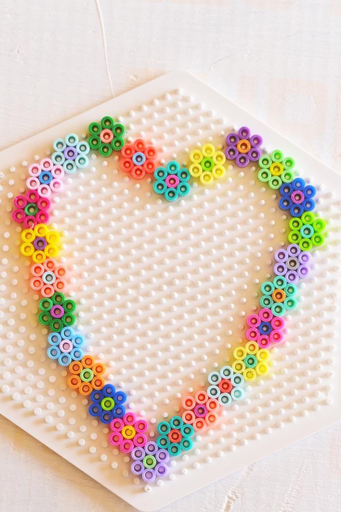 perles à repasser en forme de coeur sur la plaque plastique