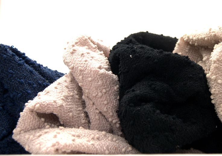 Przesyłki już nadane! Kolejny raz pokazujecie, że Boucle Chanel jest bardzo pożądana.  Zasypaliście mnie zamówieniami, gdzie znowu króluje Boucle Chanel! W Waszych zamówieniach znalazła się także pianka siatka, skóra węża, skóra venecia jak również nurek w kolorze miętowym i inne materiały.  A która z tych tkanin jest w Twoim guście?  Zapraszamy do naszego sklepu http://textilecity.pl/