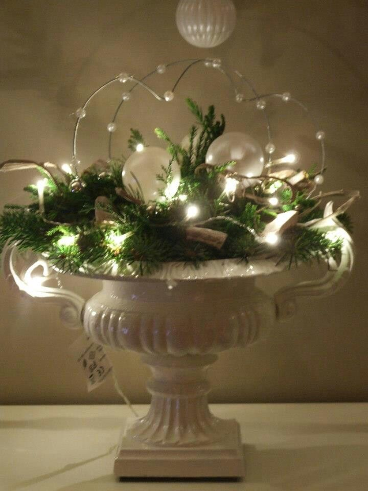mooie pot, veel groen en lichtjes erin verwerkt.