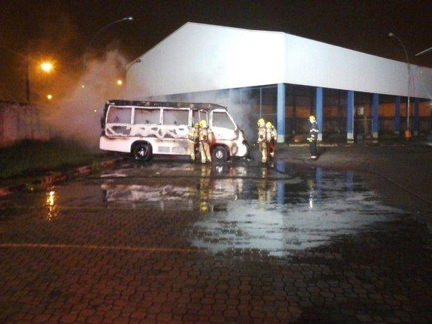 CONEXÃO BOMBEIRO : Micro-ônibus pega fogo em estacionamento de escola...