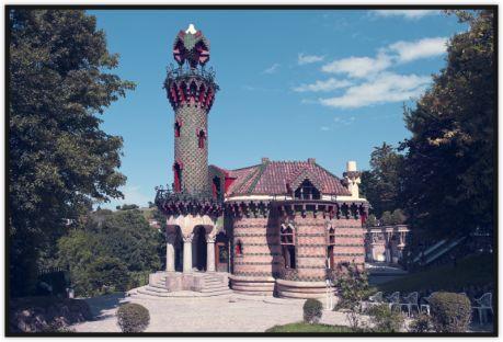 Gaudí proyectó la Villa Quijano para un pariente de este, Máximo Díaz de Quijano, una torre de veraneo conocida popularmente como El Capricho. Es un edificio relativamente pequeño, de tres plantas, en el que la distribución de las estancias se adapta a la inclinación del terreno.