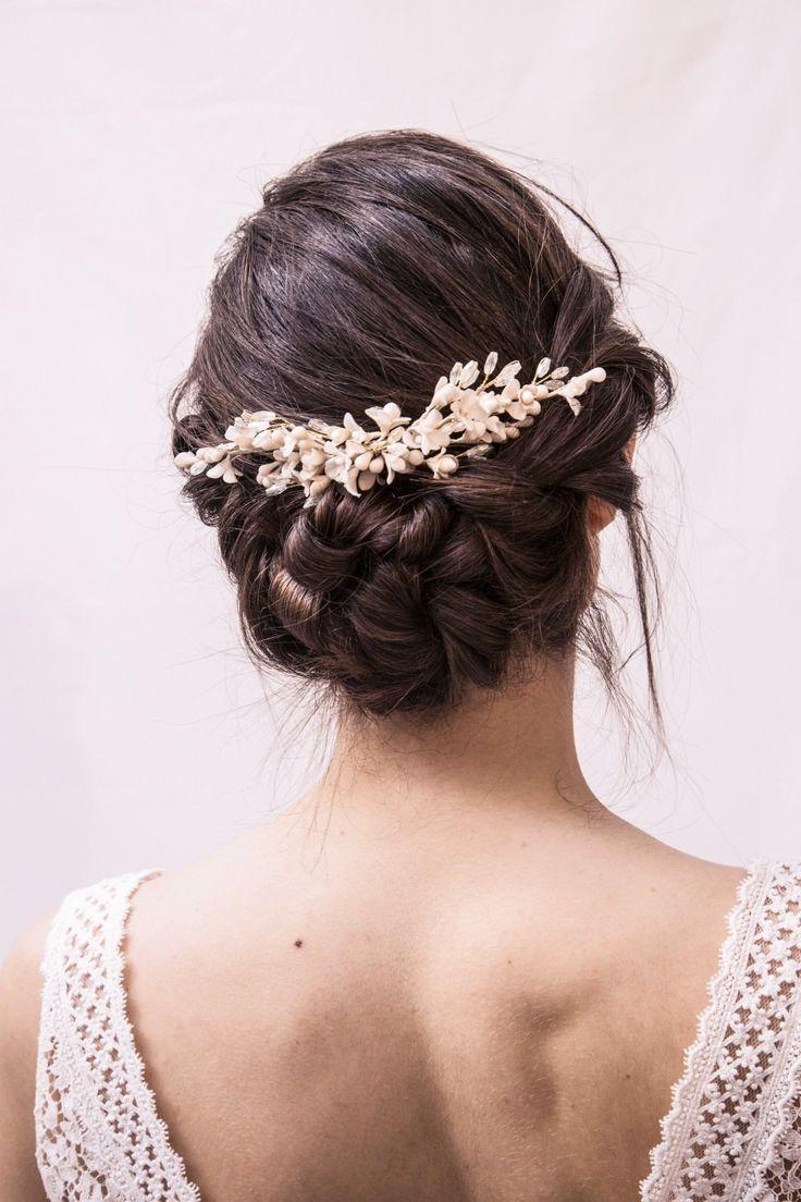 A l'instar de Laure, craquez pour l'une des pièces de la collection exclusive Mimoki x Laure de Sagazan ! Des pistils, des fleurs d'oranger d'une finesse éblouissante, des fils de soie, et des petits cristaux pour l'éclat... Le peigne Cayetana de Alba viendra sublimer votre robe, sans l'éclipser.Fabriqué à la main, à Madrid, dans l'atelier Mimoki.