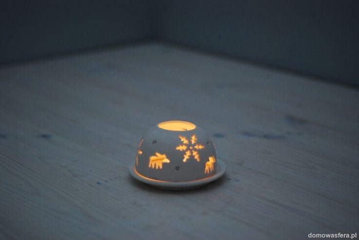 Porcelanowy lampion z motywem zimowym, przyozdobiony delikatnymi cyrkonami. Doskonała ozdoba świątecznego stołu. Rzuca piękny cień.  Zrób prezent znajomym, których odwiedzasz i podaruj im coś niebanalnego :)