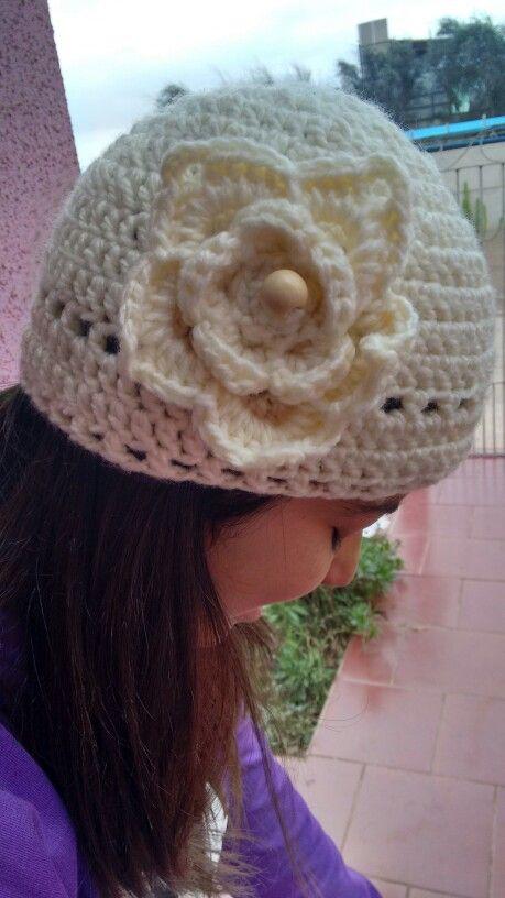 Gorro crochet, blanco, flor y madera.