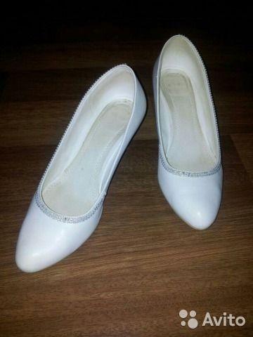 Белые свадебные туфли
