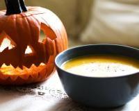 Zupa krem z dyni z cebulą i imbirem.