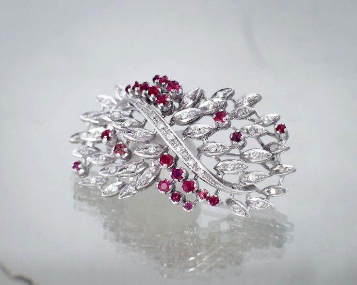 Broszka z rubinami i diamentami.  #sklep #Złoto-Orla #Warszawa #broszka #rubiny #stylizacja #diamenty #ozdoba #