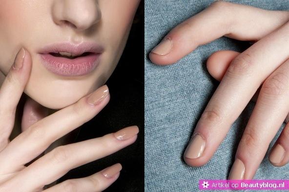 Voor wie zijn nagels graag simpel houdt is tijdens het winterseizoen de trend naturel een optie. Net als de catwalk look van Dior en DKNY kun je een lichte nude kleur aanbrengen. Als je net iets meer wilt uitpakken, dan kun je de bovengenoemde French tips proberen.