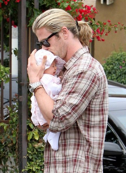 Chris Hemsworth and India Hemsworth Photo - Chris Hemsworth And Elsa Pataky Take Baby India Out For A Walk