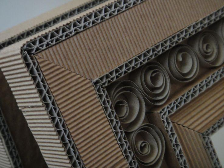 Miroir réalisé entièrement en carton ondulé de différent type et épaisseur.  Système d'attache au dos.