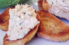 Mousse di cannellini al tonno - Una ricetta facilissima da gustare per l'aperitivo o come antipasto, con fettine di pane tostato, crackers e grissini.