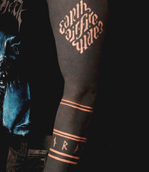 Escarificacion y tatuaje negro