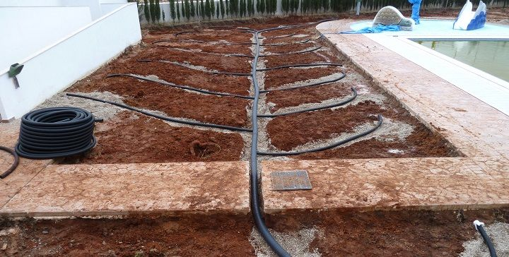 Evita encharcamientos con un buen drenaje. Zanjas en forma de espina de pescado. Una de las formas más sencillas de instalar un sistema de drenaje es haciendo zanjas en forma de espina de pescado. Esto quiere decir que habrá una zanja en la parte más baja del jardín y otras que finalizarán en esta primera en zonas más altas. Así, el agua de las diferentes zonas del jardín se irá moviendo a la zanja principal y, gracias al tubo de drenaje, expulsará el agua fuera.