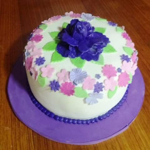 #Flowers #fondant #cake by Volován Productos  #instacake #puq #Chile #VolovanProductos #Cakes #Cakestagram #SweetCake