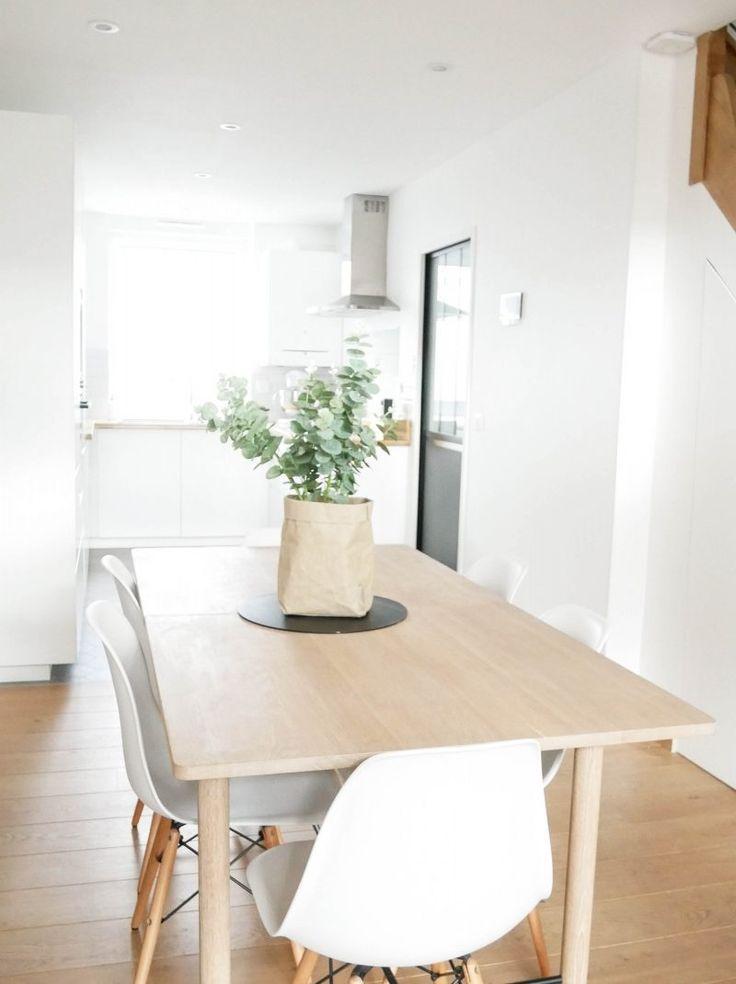 Salle à manger scandinave, minimaliste, blanc, épurée