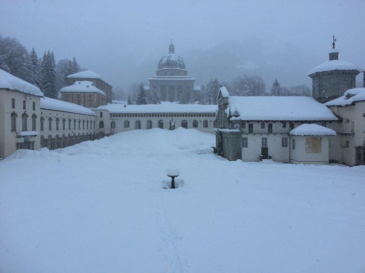 """Santuario di Oropa - le due Basiliche. Con più di un metro e mezzo di neve la fonatana """"burnell"""" é quasi sparita nella neve! #chiesa #church #neve #snow #piemonte #biella"""