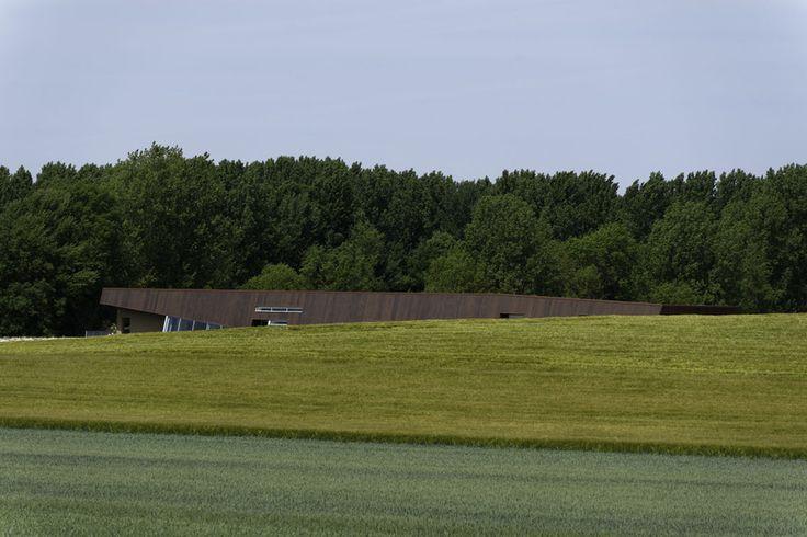 Vue du musée dans le paysage rural local