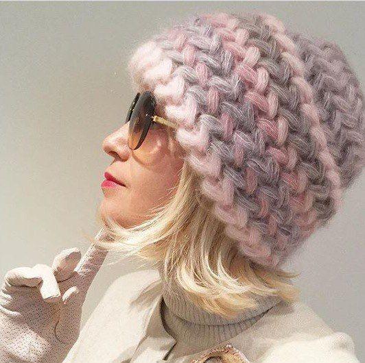 Hoy vamos a aprender como hacer un gorro en crochet para mujer en menos de 20 minutos con solo 100 gramos de lana y muy a la moda anímate a realizarlo