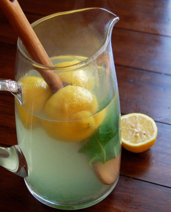 Boisson détox au thé, citrons, gingembre et basilic. Ingrédients : 2 citrons- 5 morceaux de gingembre- 3/4 tasse de feuilles de basilic, non tassées- 3 càs de miel- 9 tasses d'eau bouillante. Laisser infuser jusqu'à refroidissement et enlever les ingrédients. Boire très froid. Recette sur le site.