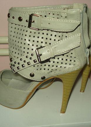 Kupuj mé předměty na #vinted http://www.vinted.cz/damske-boty/kotnikove-boty/6269830-sede-kotnikove-boty-na-podpatku-nove