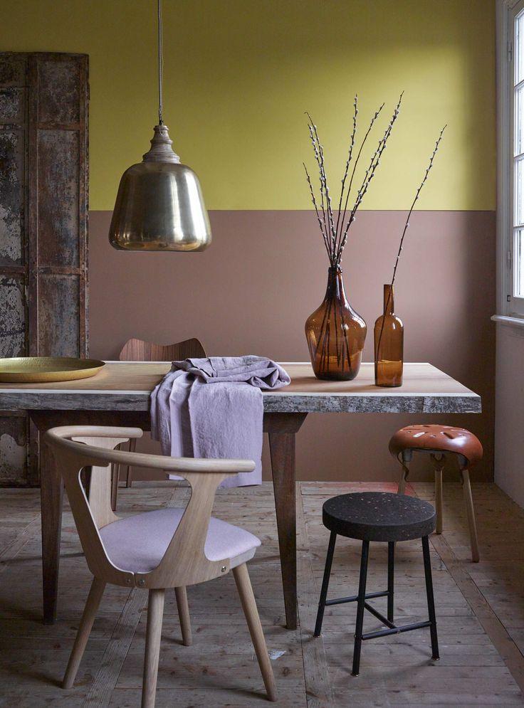 Geel/roze muur met houten eettafel | yellow/pink wall with wooden dining table | Bron: vtwonen 01 2016 | Fotografie Tjitske van Leeuwen | Styling Marianne Luning