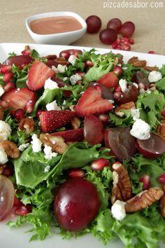 Ensalada de fresas, granada, uvas y nuez con aderezo de fresa al balsámico que está lista en 5 minutos o menos, te va a encantar esta ensalada y aderezo.