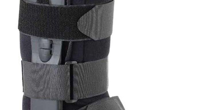 """Cómo usar una bota ortopédica. El tratamiento para fracturas de tobillo y otras lesiones de las extremidades inferiores puede implicar el uso de aparatos especiales. El diseño de la """"bota ortopédica"""" es el de una bota para las extremidades inferiores que proporciona soporte, protección e inmoviliza el tobillo después de una lesión o cirugía. Si tienes una prescripción para usar ..."""