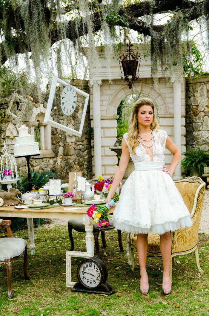 Idées au pays des merveilles Alice Disney robe de mariée courte blanche inspirée par Alice au pays des merveilles; table mariage déco Alice