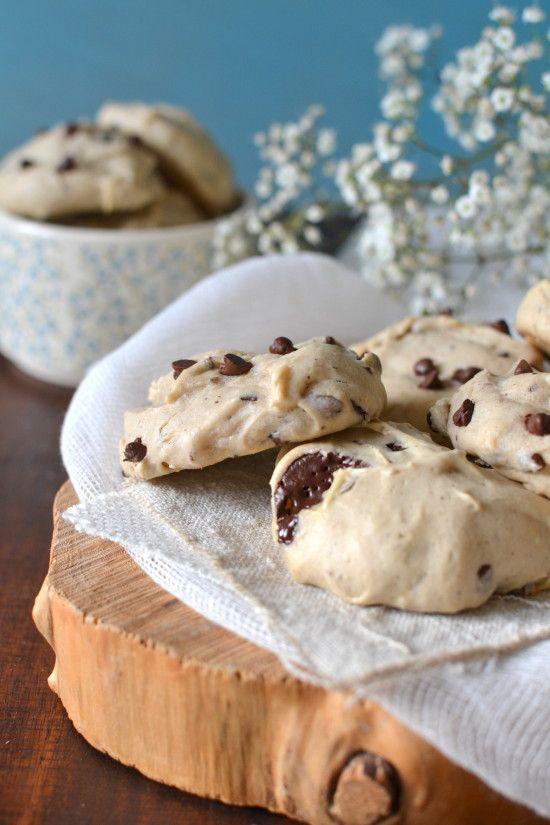 Ces biscuits, qui s'apparentent à des cookies, sont très légers , parfaits pour les petits creux, le goûter des enfants ou le petit-déjeuner. Ils sont parfumés à la banane qui, ici, permet de ne pas utiliser d'oeuf dans la préparation (la banane - tout...