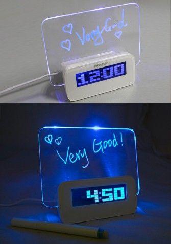 Nowoczesny, designerski zegarek, z tablicą do wiadomości z funkcją budzika. Dzięki podświetlanej tablicy LED Twoja wiadomośc będzie widoczna również w nocy. W zestawie znajdziesz mazak, którym zapiszesz każdą wiadomość! Możliwość przełączania trybu wyświetlania godziny, daty, temperatury oraz wyświetlacza.
