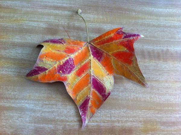 Escolha giz de cera das cores que você mais gosta para pintar. Nós escolhemos cores quentes típicas do outono (amarelo, laranja, vermelho, grená, etc.)  Continuar lendo: http://artes.umcomo.com.br/articulo/como-fazer-artesanato-com-uma-folha-seca-4193.html#ixzz3tlxRbrt3