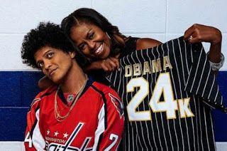 Bruno Mars Buat Kejutan Untuk Michelle Obama   ISTERI kepada bekas presiden Amerika Syarikat Michelle Obama menerima kejutan sewaktu menghadiri konsert Bruno Mars di Washington apabila dia dihadiahkan sehelai baju oleh penyanyi itu.  Menerusi siri konsert jelajah 24K Magic yang diadakan di Capital One Arena itu Bruno menghadiahkan jersi yang tertera tulisan 'Obama 24K' berwarna emas kepada Michelle. Bruno turut berkongsi mengenai pertemuan dengan bekas wanita pertama Amerika itu di…