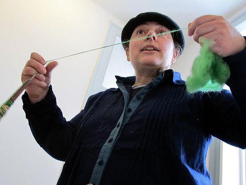 Como fiar manualmente a lã com um fuso simples  Veja mais em http://www.comofazer.org/outros/como-fiar-manualmente-a-la-com-um-fuso-simples/