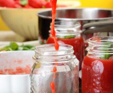 Con l'aiuto del Bimby si può preparare molto facilmente una deliziosa passata di pomodoro da conservare nei barattoli sterilizzati.