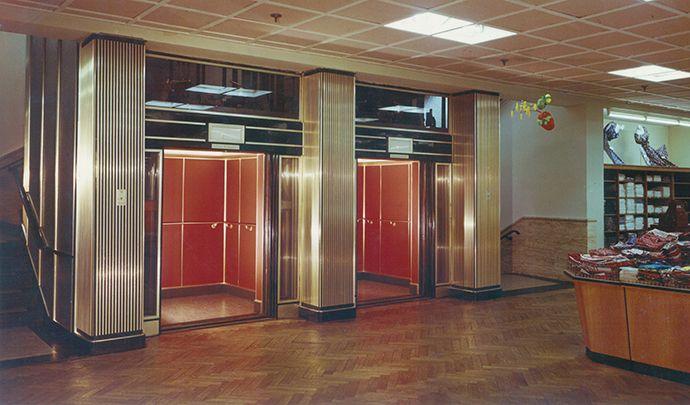 HIRO Aufzug in einer Karstadt Filiale in Bottrop 1956. http://blog.hiro.de/2015/05/29/hirostory-aufzuege-in-den-60er-und-70er-jahren/