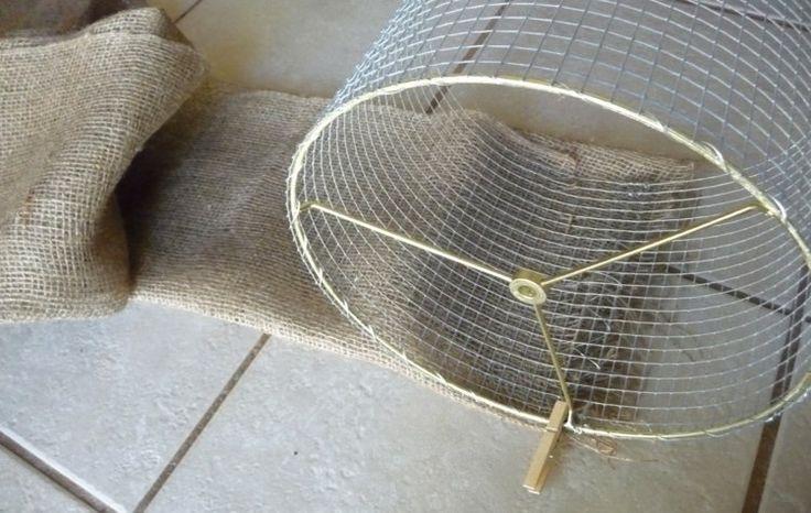 Lampenschirm aus Kaninchengitter mit Rupfen beziehen